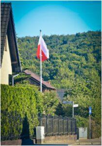 maszt reklamowy z flagą Polski